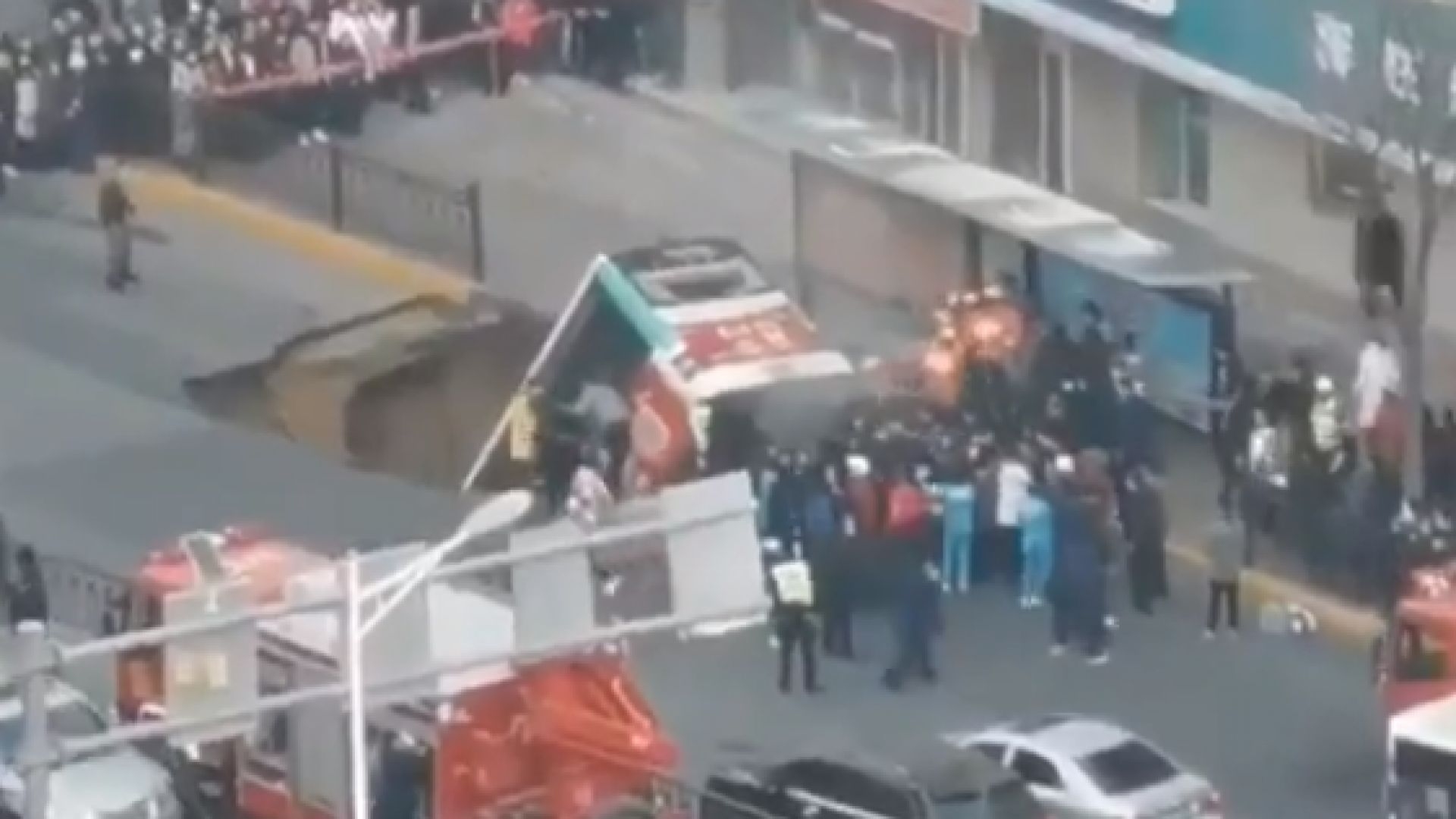 Снимка: Автобус падна в огромна дупка в Китай, има загинали