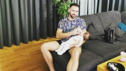 Наско Месечков показва какъв е денят на отдадения татко