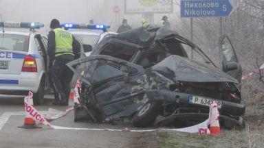 Жена загина, а 4-годишно й дете е ранено при удар между кола и камион (снимки)