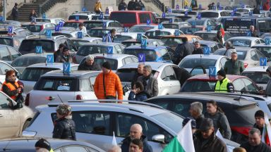 След 4-часова блокада: Автоинструкторите и властта се договориха (снимки)