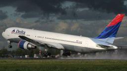 Аварирал самолет изсипа гориво върху главите на ученици в САЩ