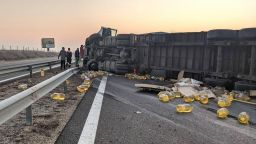 """ТИР с олио се обърна на магистрала """"Хемус"""" край Шумен (снимки)"""