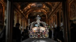 Диаманти на френската корона са изложени в нови три витрини в Лувъра