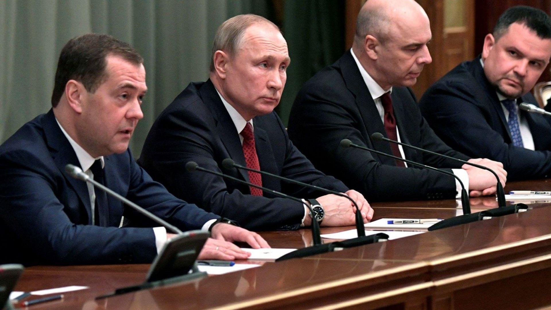 Премиерът Дмитрий Медведев и всички руски министри подадоха оставки