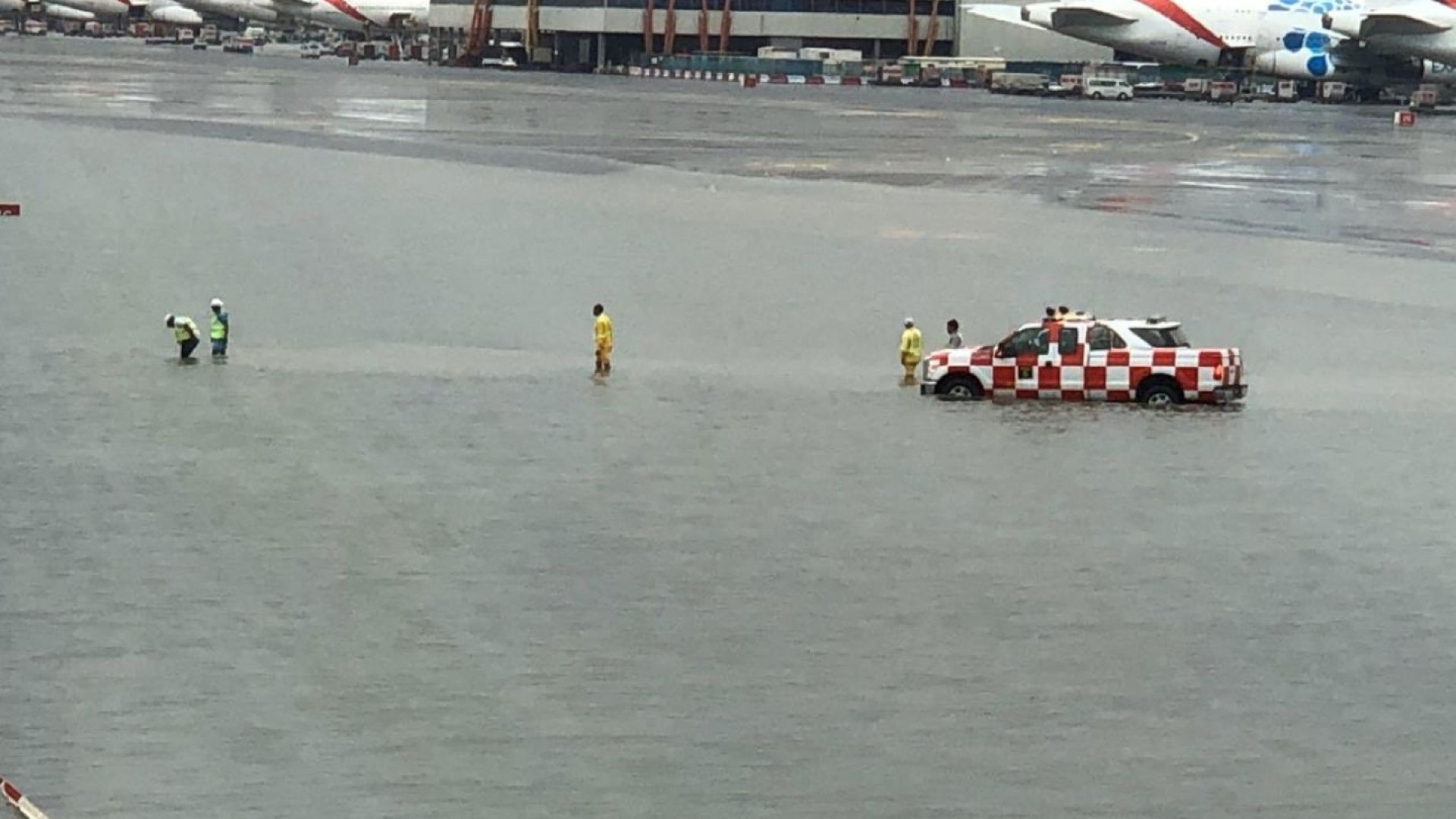 Дъжд наводни аерогарата в Дубай