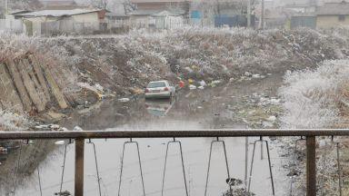 Кола падна във Владайската река