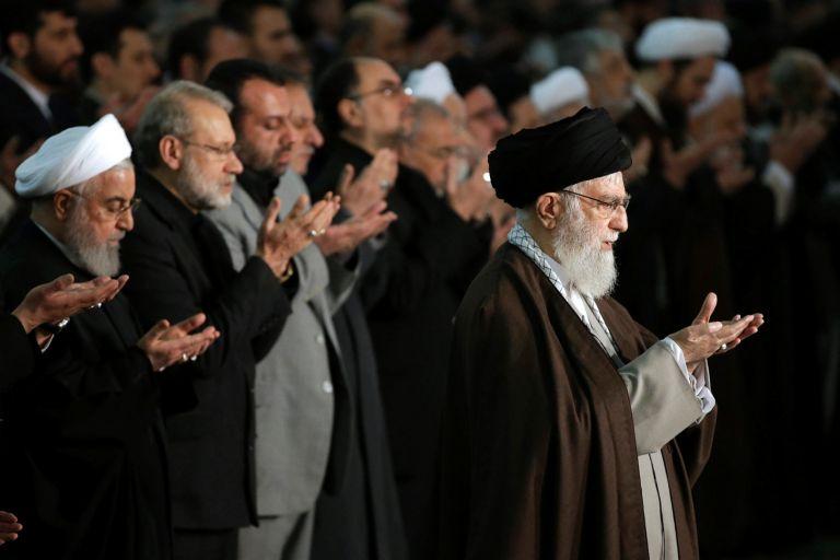 Аятолах Хаменей по време на петъчната молитва на площада в Техеран. Зад него вляво е президентът на Иран Хасан Рохани