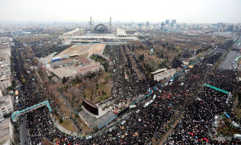 Множеството, събрало се в техеран за петъчната молитва, която за пръв път от 8 години изнесе аятолах Али Хаменей. Снимката е разпространена от офиса на аятолаха