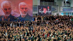 В молитва на площада аятолах Хаменей защити военните за свалянето на самолета