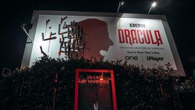 "Уникален билборд на ""Дракула"" плаши Бирмингам и Лондон... нощем"