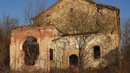 """Църквата """"Св. Вознесение Господне"""" изплува от обезводнения язовир """"Огоста"""""""