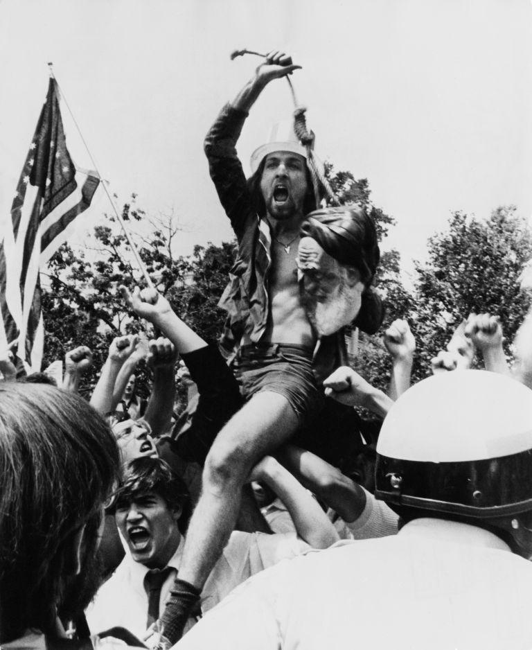Американец размахва чучело на Хомейни на протест във Вашингтон през 1980 г.