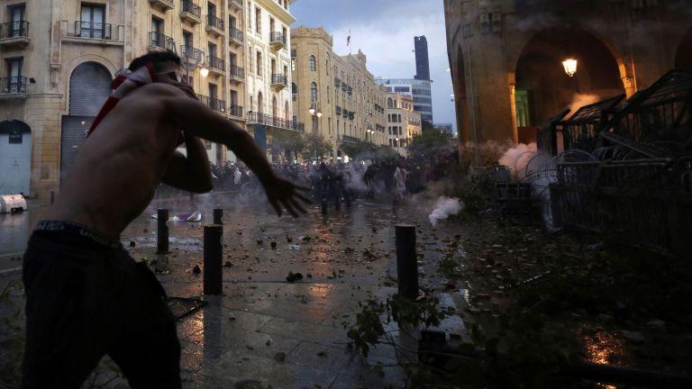 Десетки ранени при сблъсъци между полицията и демонстранти в Бейрут (снимки, видео)