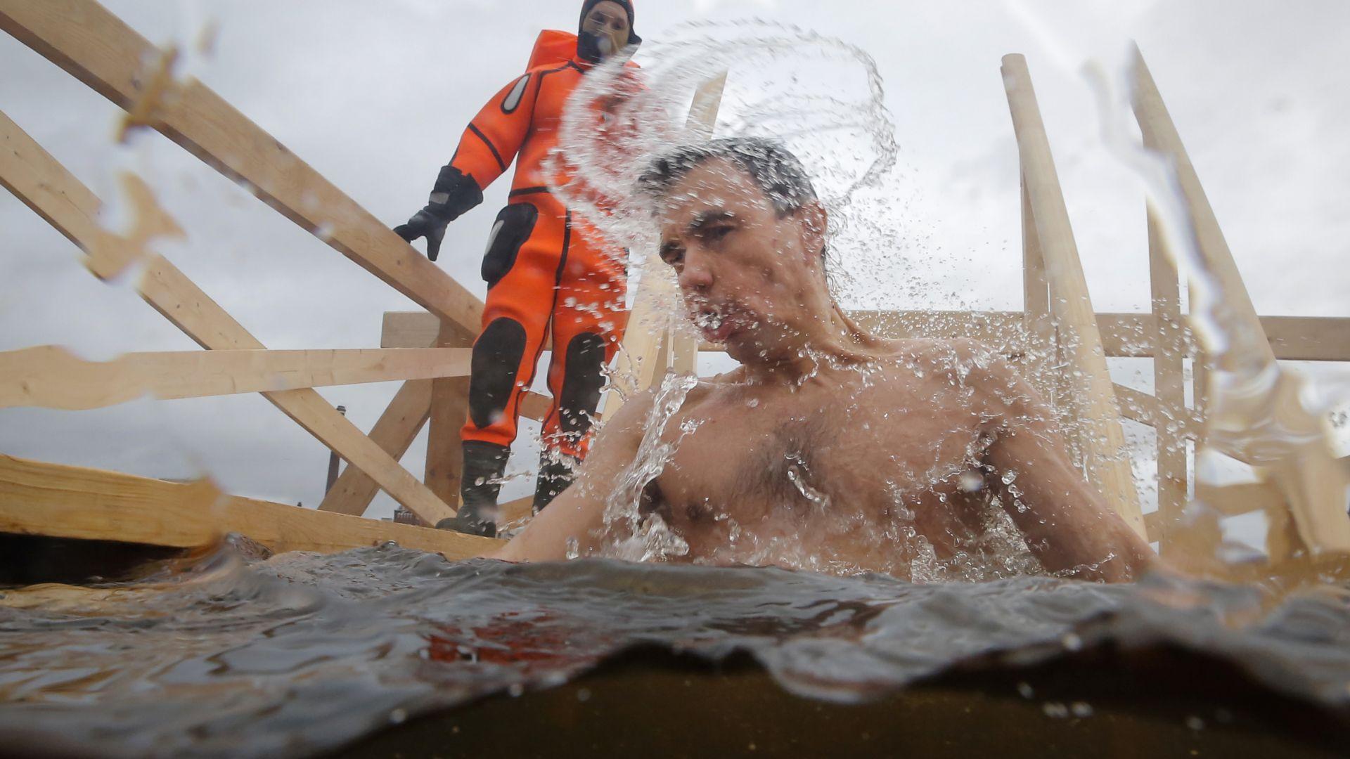 Над 2 милиона руснаци се включиха в традиционните ледени къпания (Снимки)