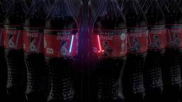 """Светещи мечове от """"Междузвездни войни"""" на етикети с кока-кола"""