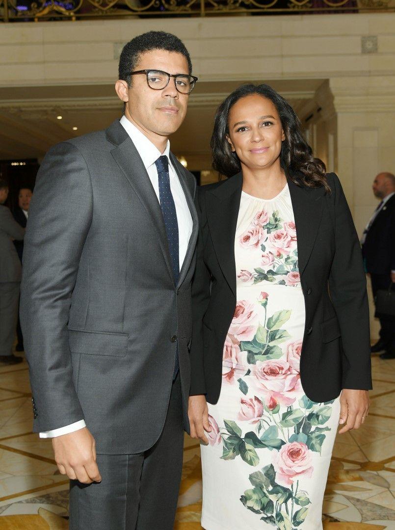 Изабел душ Сантуш позира със съпруга си Синдика Доколо на икономическия форум на Блумбърг в Ню Йорк, 26 септември 2018 г.