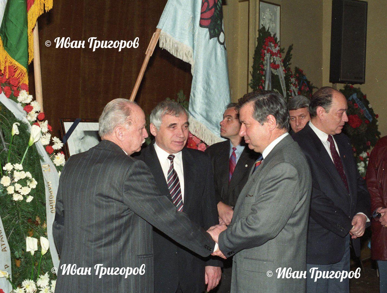 Петър Дертлиев, Жельо Желев и акад. Сендов на поклонението на Атанас Москов