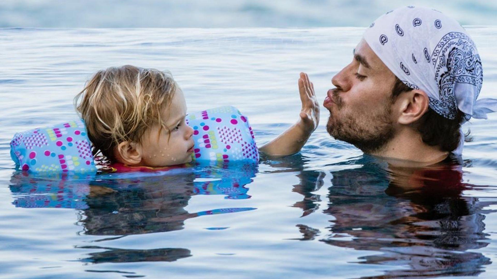 Енрике показа повече от необходимото, играейки с децата си (видео)