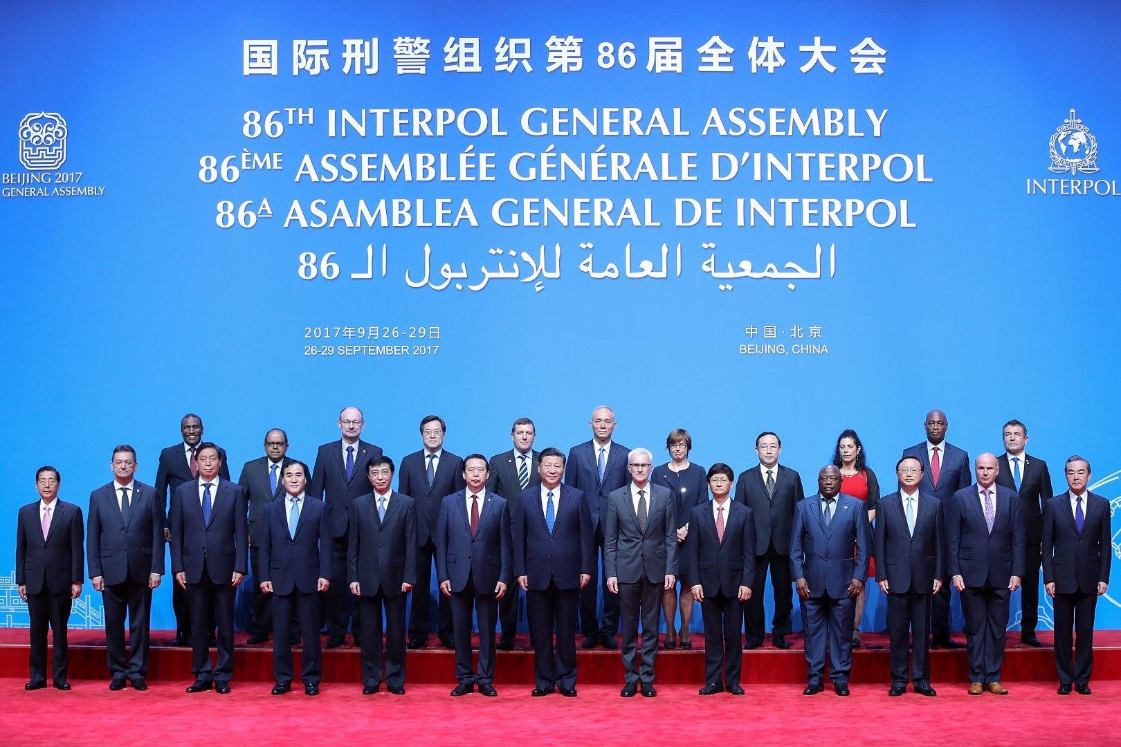 Годишната асамблея на Интерпол в Пекин, 26 септември 2017 г. Мън Хунвей е вляво от президента на Китай Си Дзинпин на предния ред