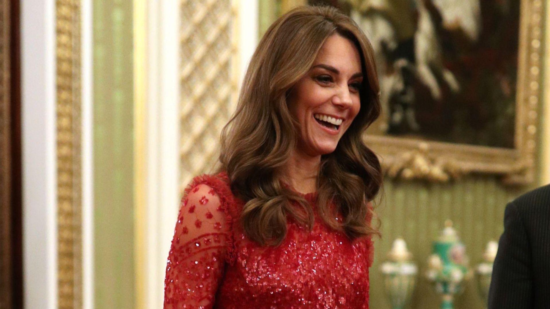 Блестяща в червено – Кейт озари Бъкингамския дворец