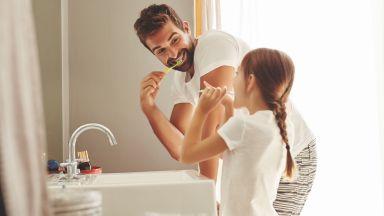 Специалисти препоръчват да си мием зъбите, стоейки на един крак