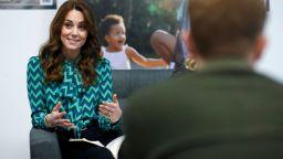 В удобно облекло: Кейт Мидълтън на обиколка във Великобритания в подкрепа на децата