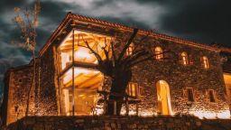 Изоставена селска къща в Албания заприлича на дворец