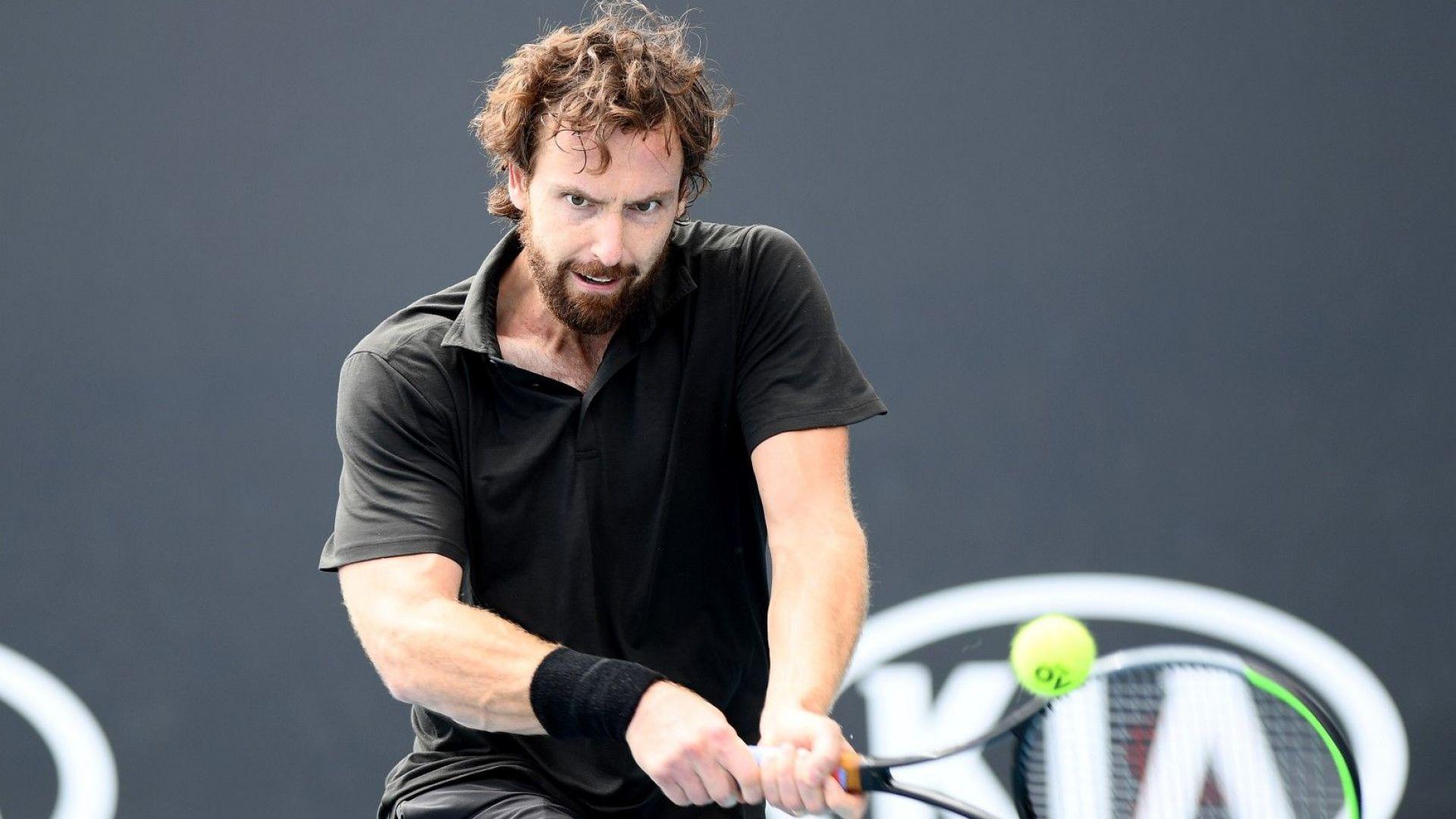 Странен тип с 20-доларова тениска от мол мачка наред на Australian open