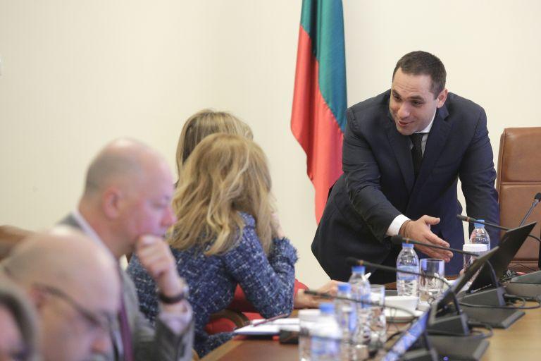 Емил Караниколов разговаря с Екатерина Захариева и Марияна Николова