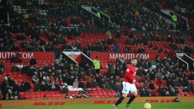 Тъжната вечер на Юнайтед: 30 000 празни седалки и отвратителни обиди, минали границата