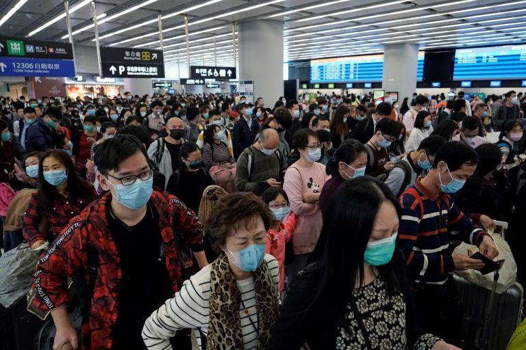 Пътниците носят предпазни маски на жп гарата в Хонконг