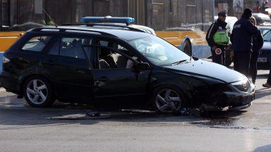 Удар в стълб на столично кръстовище отне човешки живот (снимки)
