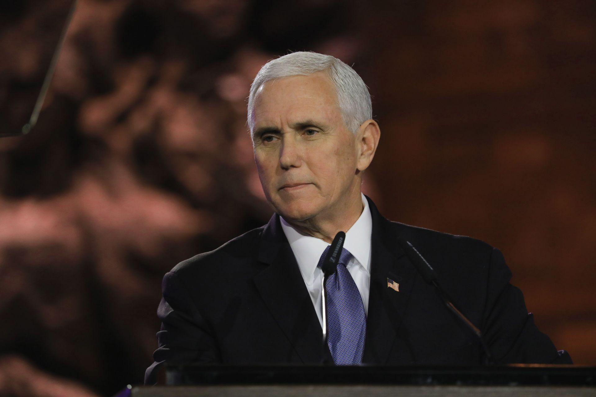Воцепрезидентът Майк Пенс говори по време на церемонията