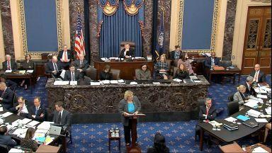Сенатори дремят и играят игрички в процеса срещу Тръмп