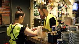 """Сервитьори вече сервират с """"жълти жилетки"""" в знак на протест (снимки)"""