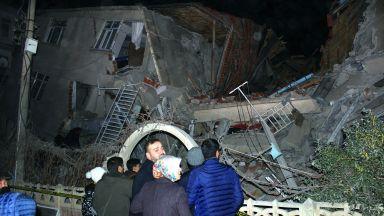 Мощният трус в Турция разруши сгради и отне животи (снимки+видео)