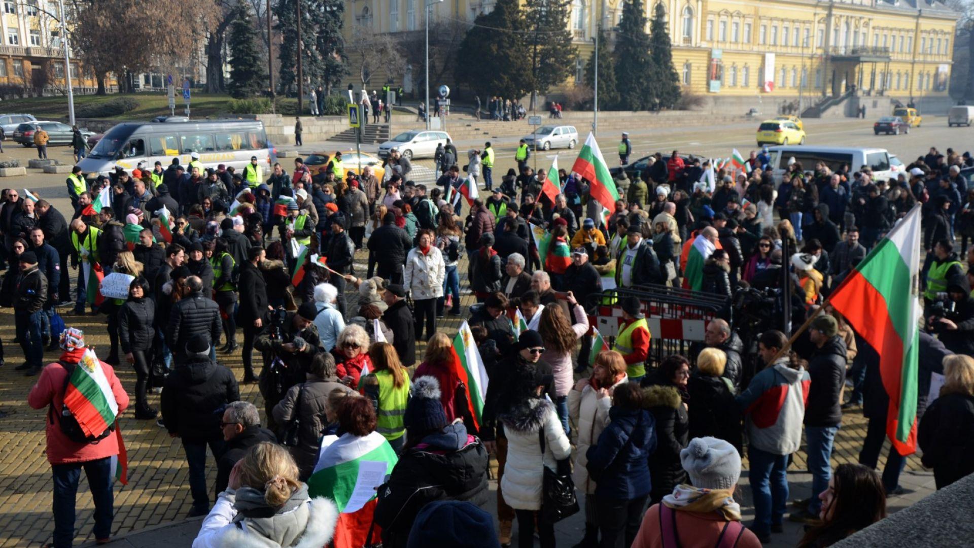 Заради водната криза: Перничани сурвакаха с протестно шествие в София