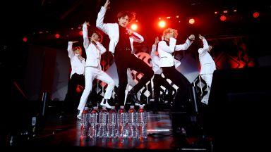 Продадоха за 83 200 долара микрофоните на южнокорейската поп банда Би Ти Ес
