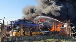 Два пожара са избухнали едновременно в Хасково - в автморга и сметище