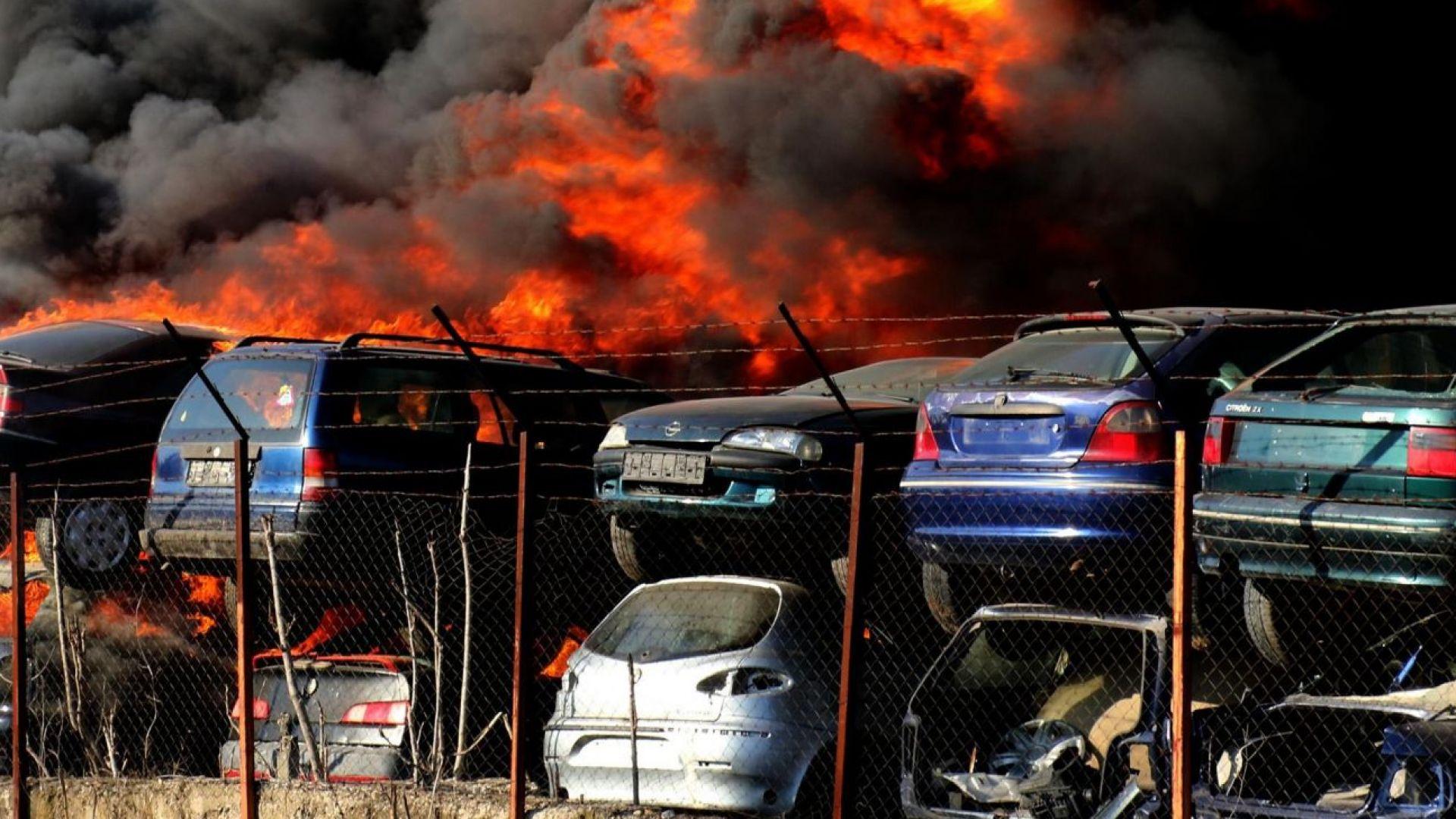 Над 100 коли са изгорели в автоморгата в Хасково (снимки)