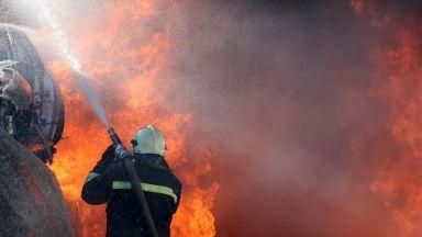 3-метрови пламъци погълнаха десетки коли в депо за скрап в Бургас