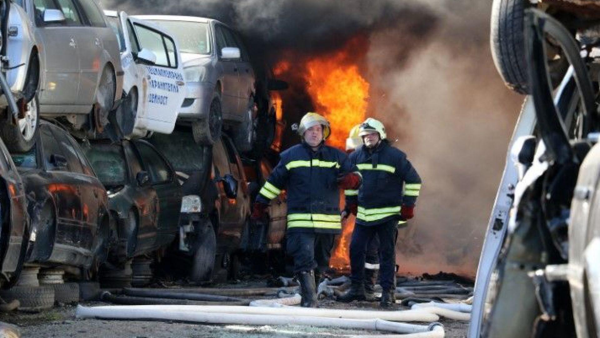 Пожарът, който вчера избухна на автоморга в Хасково и обгази