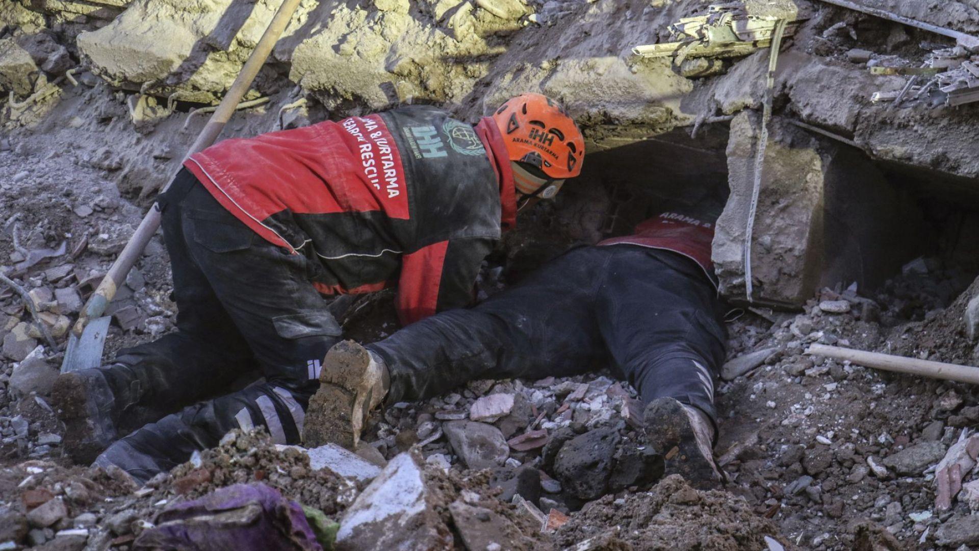 Спасители още търсят оцелели