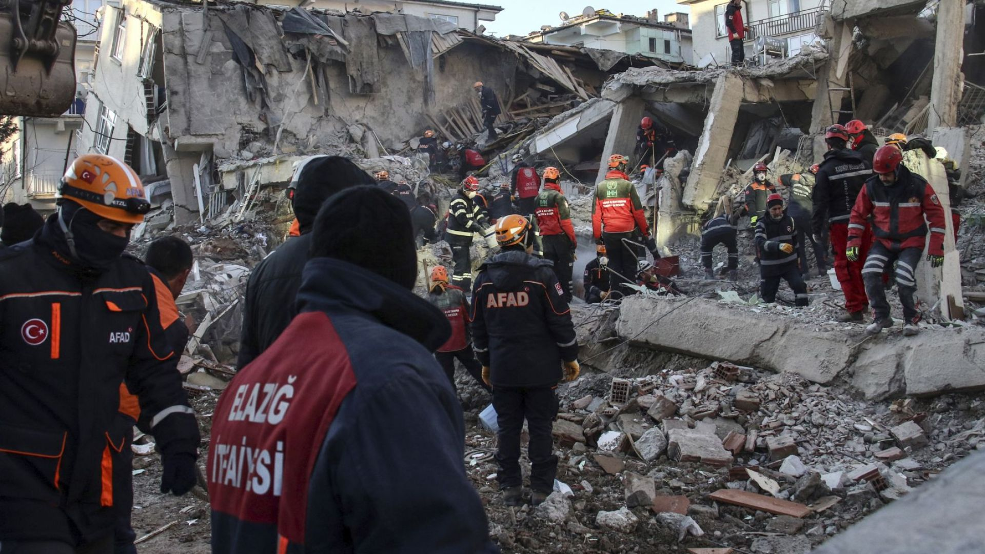 Спасителната акция в най-тежко пострадалите райони продължава