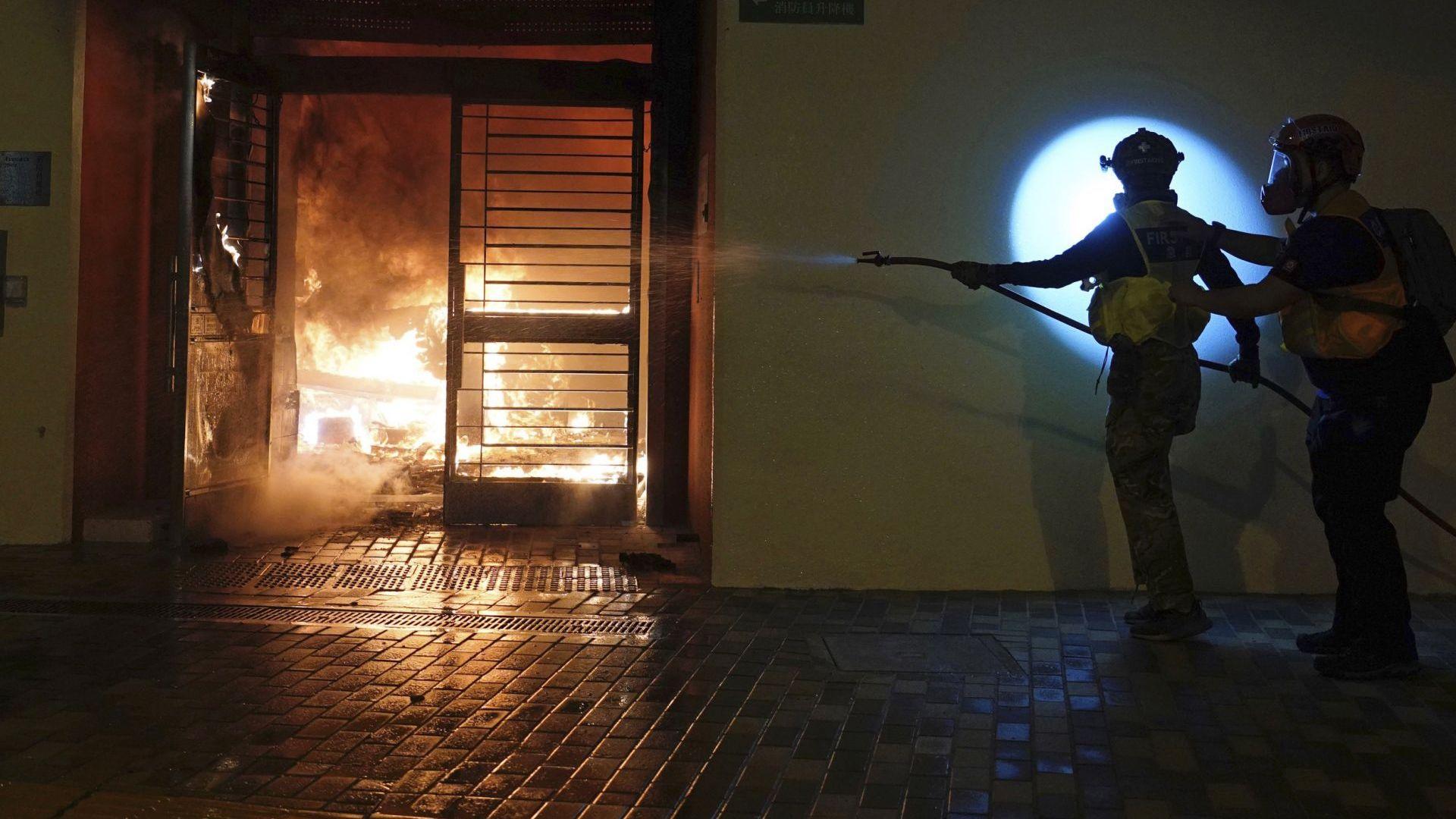Протестиращи нападнаха сграда в Хонконг, пригодена за карантинна зона