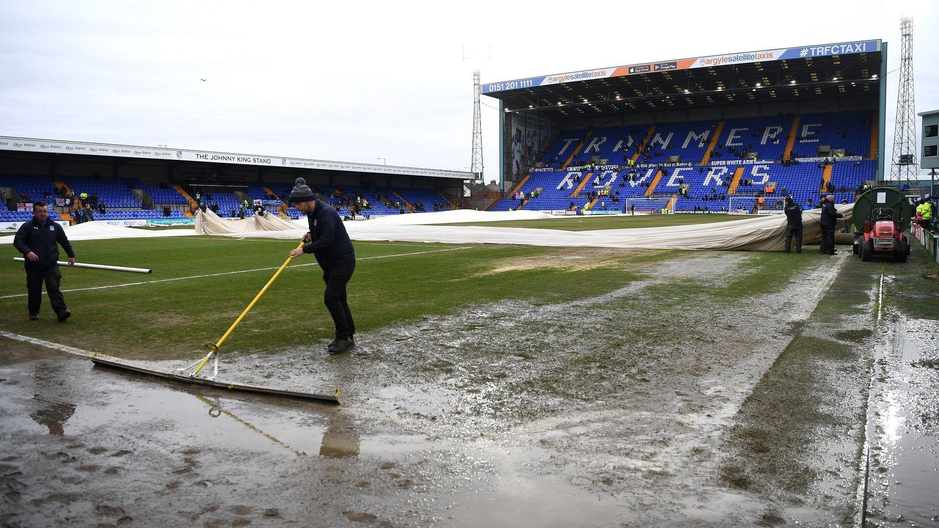 Дъжд и ураганни ветрове отложиха мачове из Европа