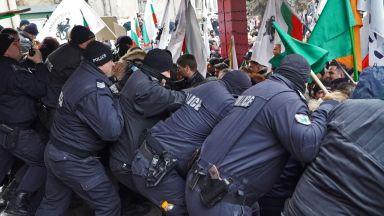 Протестиращи щурмуваха МРРБ, полицията използва сълзотворен газ (снимки)