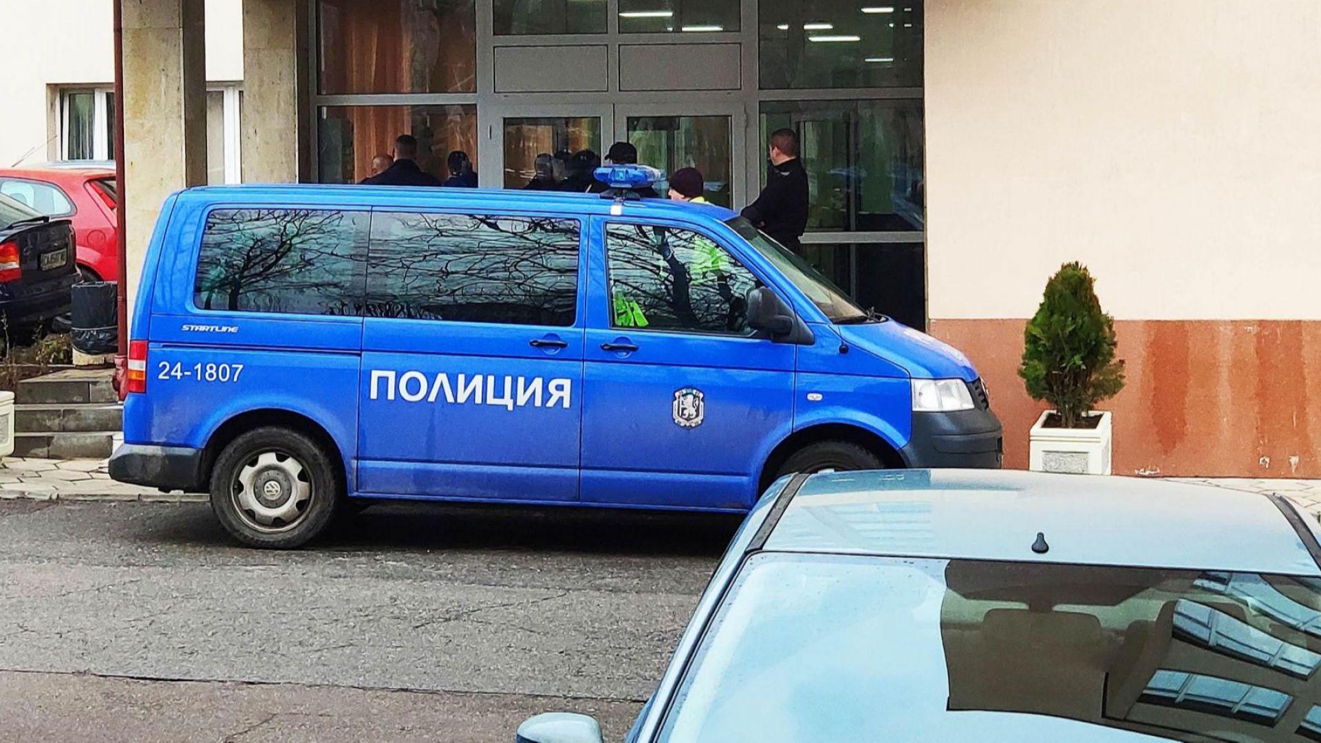 Националист се самоуби с писалка в сградата на ДАНС (снимки)