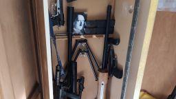 Откриха боен арсенал и лика на Хитлер в дома на самоубилия се в ДАНС (снимки)