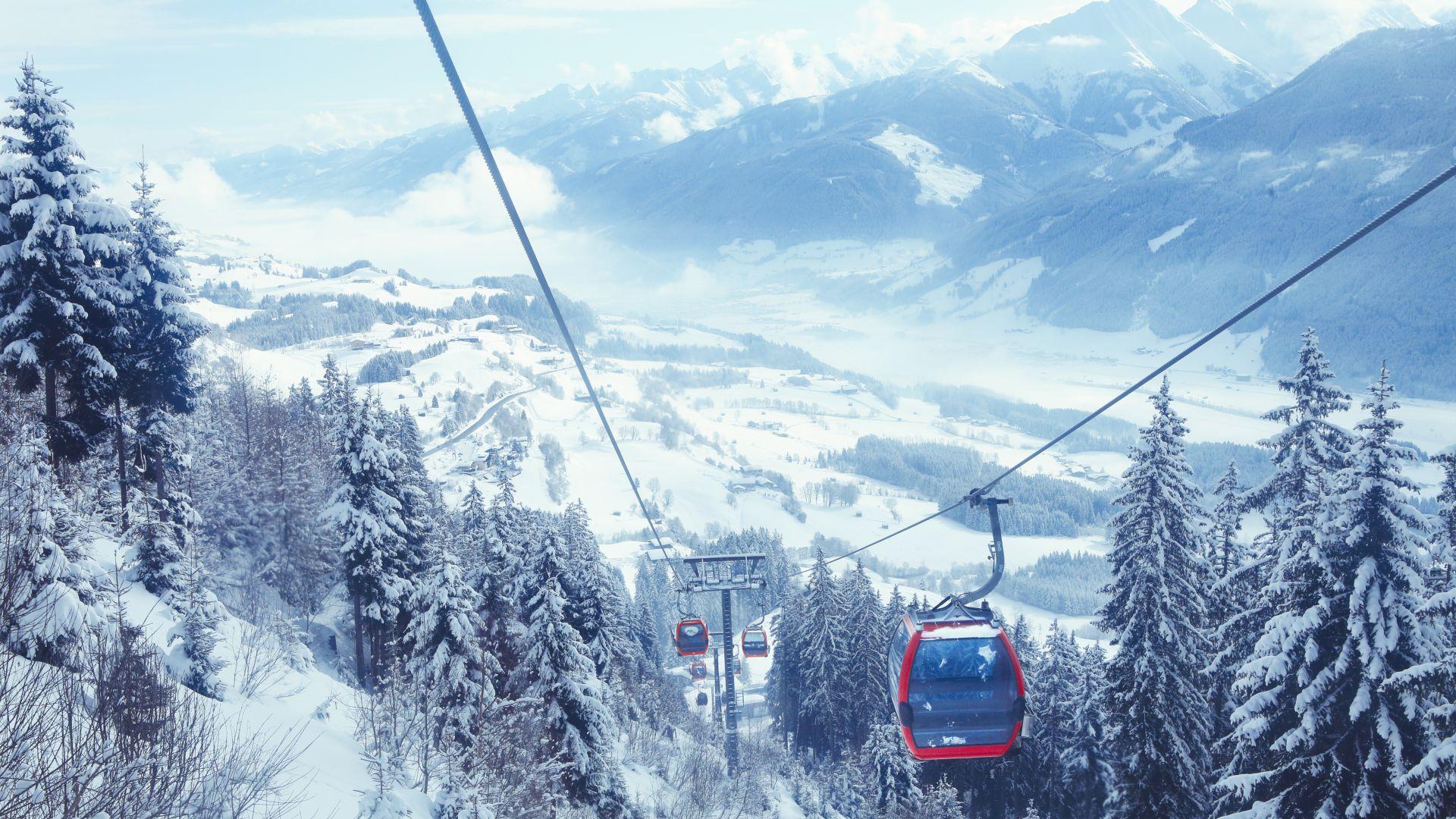 Дърво падна върху лифт в Австрия, 40 души са евакуирани